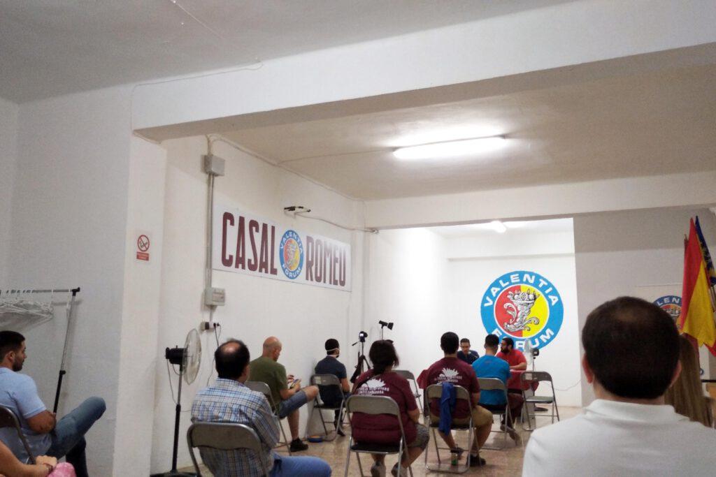 Conferencia Alex Esteve en el Casal Romeu de Valentia Forum hablando de futuro del valencianismo con un grupo de personas