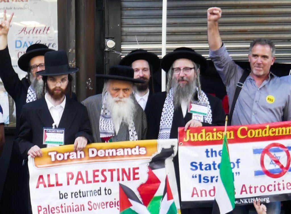 El rabino Beck [centro izqu.] y el rabino Weiss [centro der.] con miembros de la comunidad ultraortodoxa en una protesta de 2018 en Brooklyn. Foto: Miko Peled