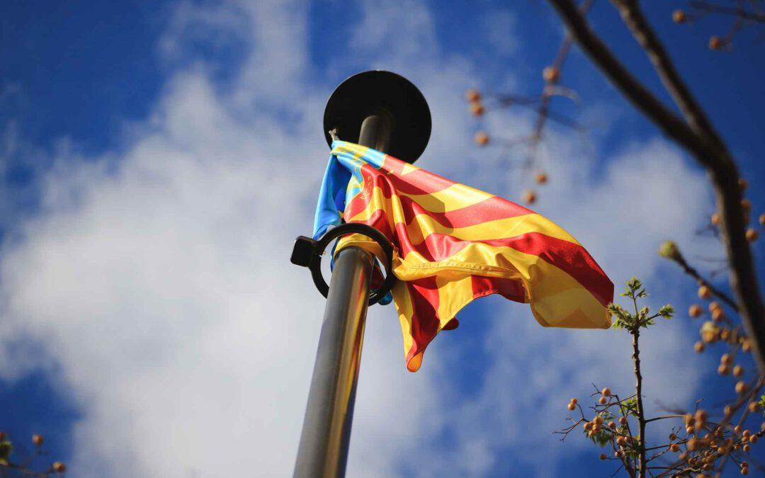 Bandera de Valencia España Senyera valenciana en la ciudad y barrio